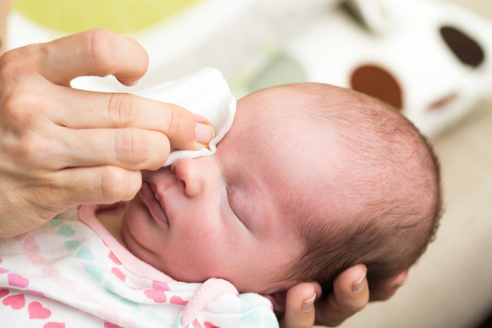 как промыть глаза новорождённому