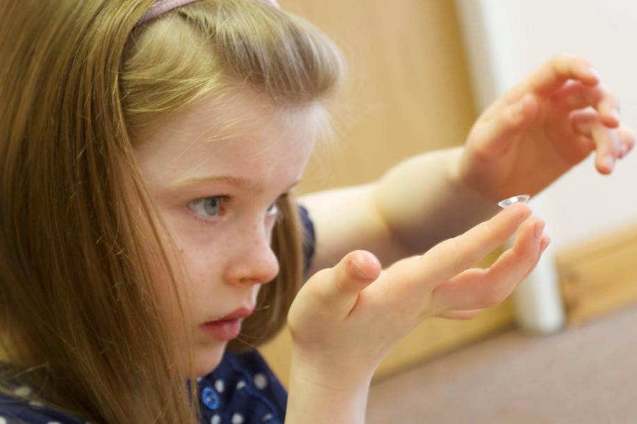 С какого возраста можно носить контактные линзы детям